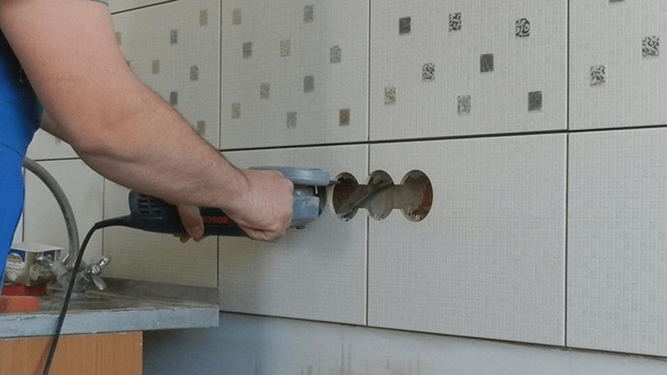 как сделать отверстие в кафельной плитке для розетки с помощью болгарки