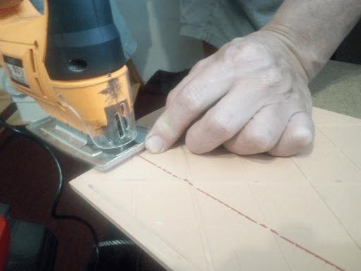 Резка плитки лобзиком