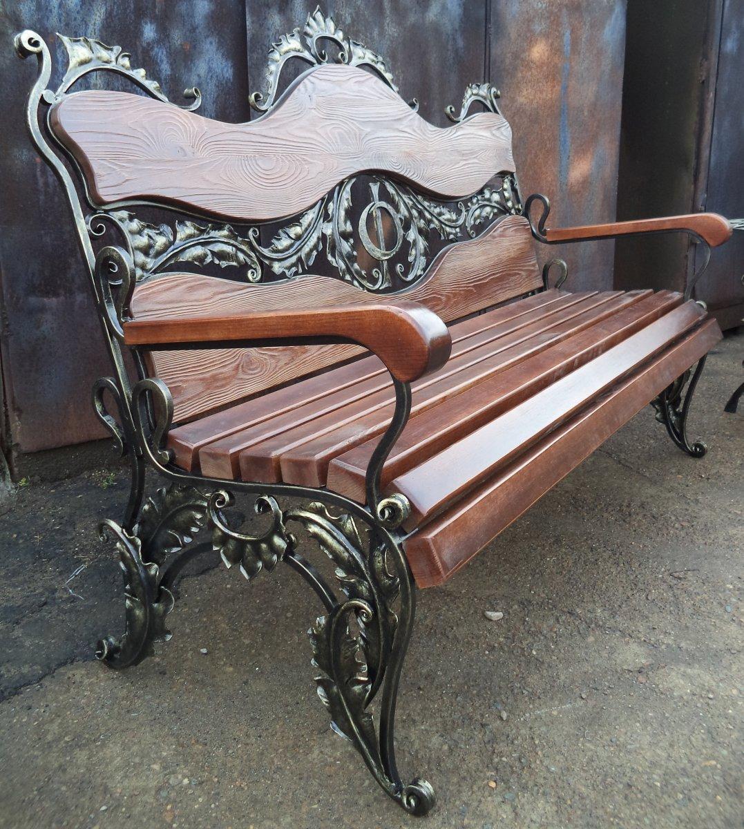 Скамейка с ковынными элементами