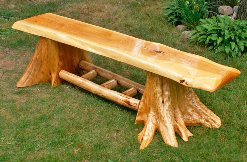 Скамейка с ножками из пней