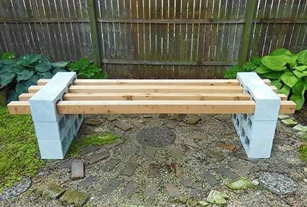 Скамья с опорами из блоков