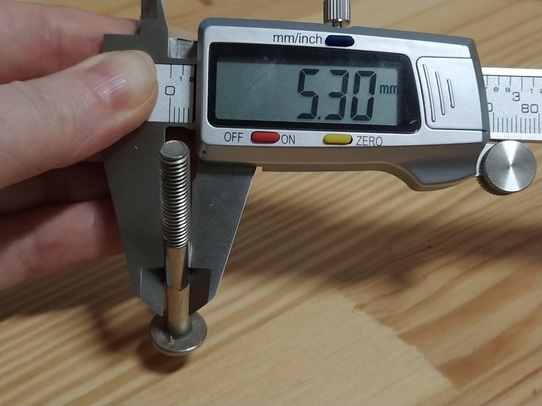 Измерение цифровым штангенциркулем гладкой части болта