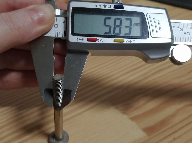 Измерение резьбы болта цифровым штангенциркулем