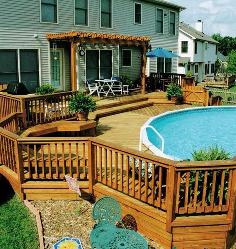 Многоуровневая терраса, соединяющая крыльцо и бассейн