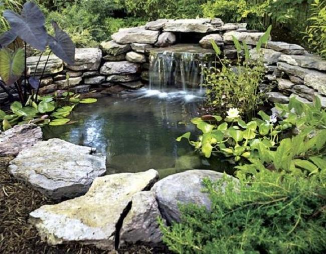 Небольшой пруд с водопадом