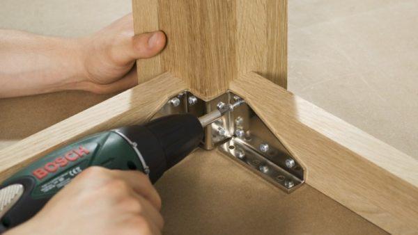 Соединение ножек и царг с помощью накладным металлических деталей