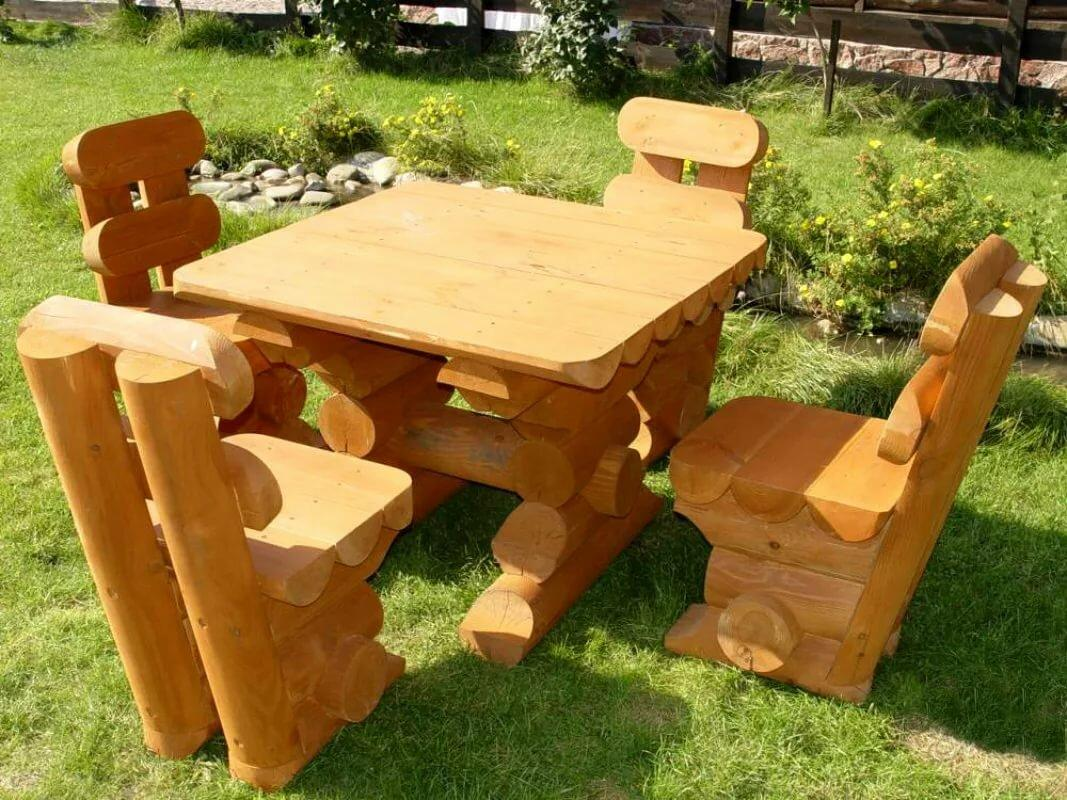 Стол и стулья из бревна