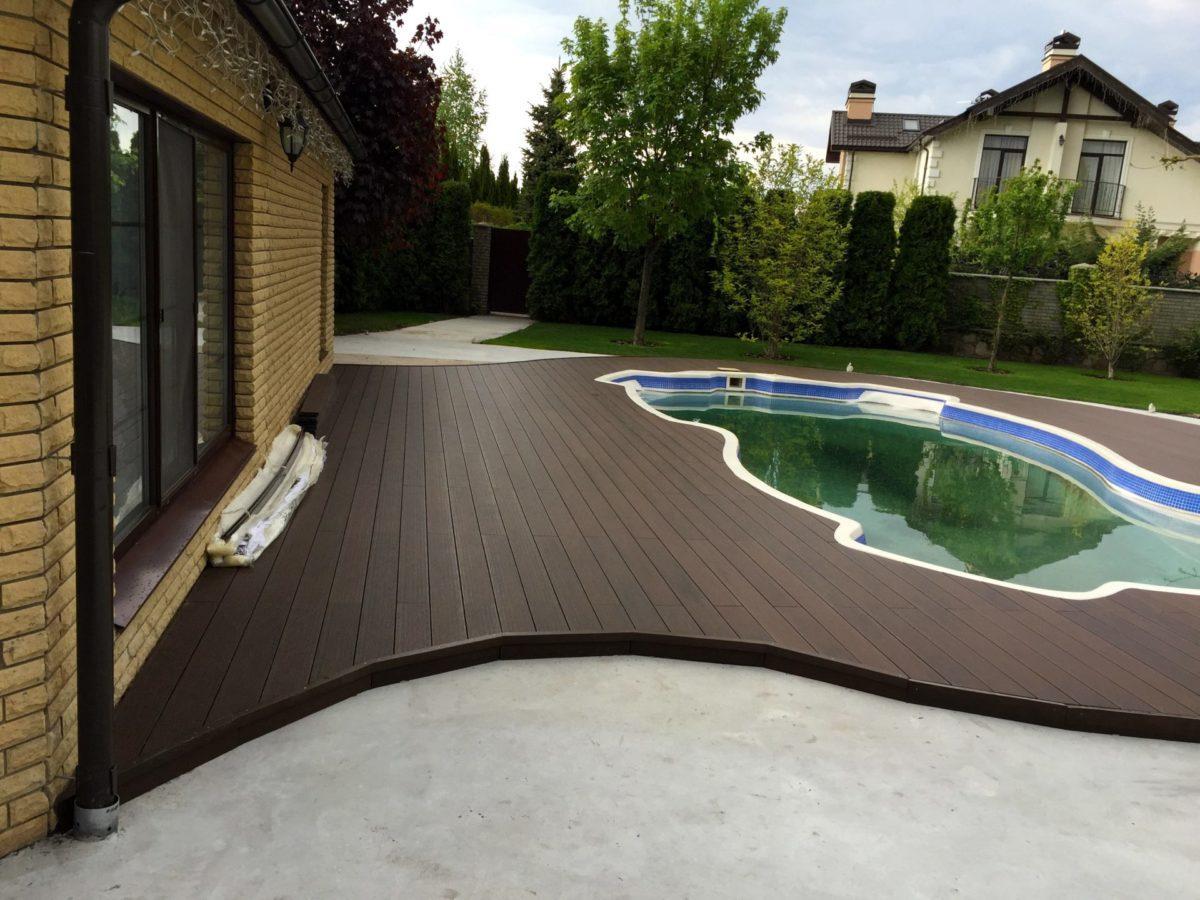 Терраса к бассейну криволинейной формы