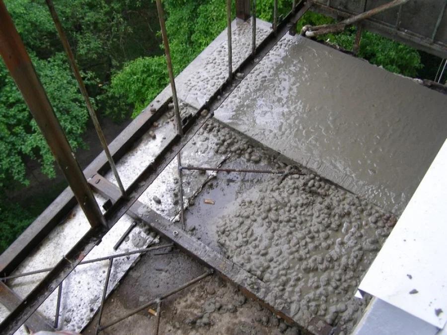 Заливка стяжки на балконе