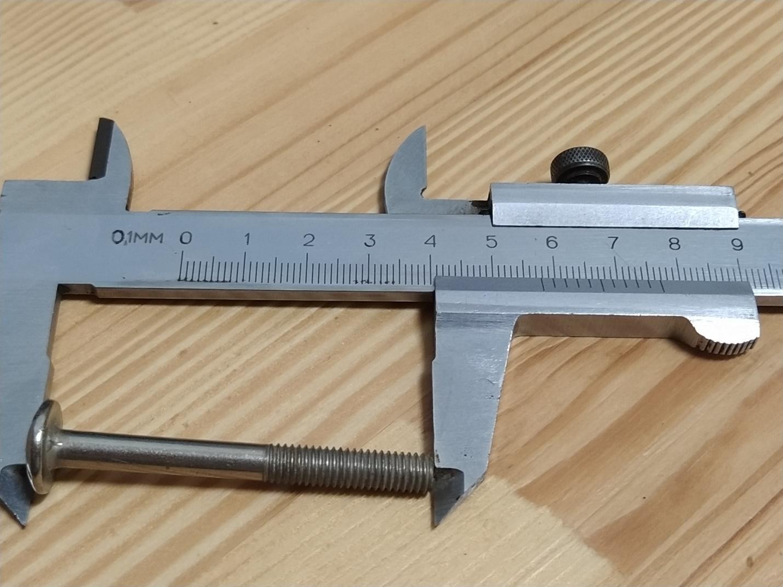 Замер длины болта механическим штангенциркулем