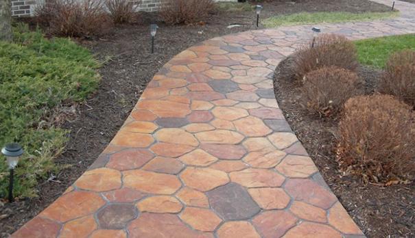 Окрашенная акриловыми красками бетонная дорожка