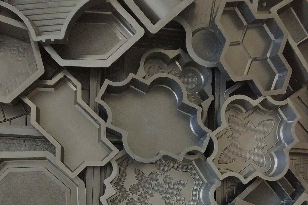 Плитка фигурная с низким рельефом на поверхности или без рельефа