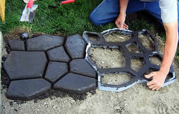 Выкладывание дорожки из бетона с помощью формы