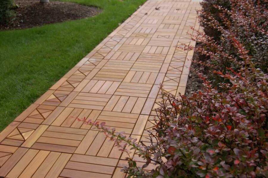 Дорожка из деревянных панелей