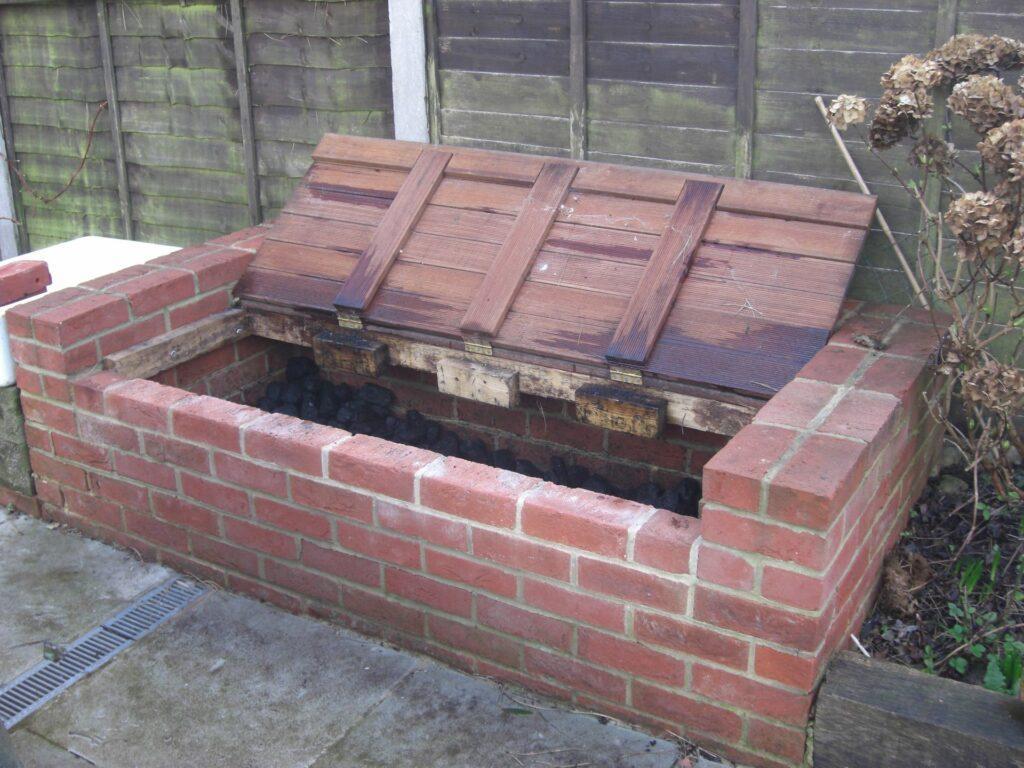 Компостная яма из кирпича с крышкой