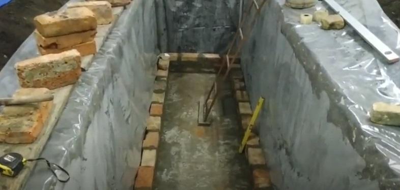 Кладка стен из кирпича в смотровой яме