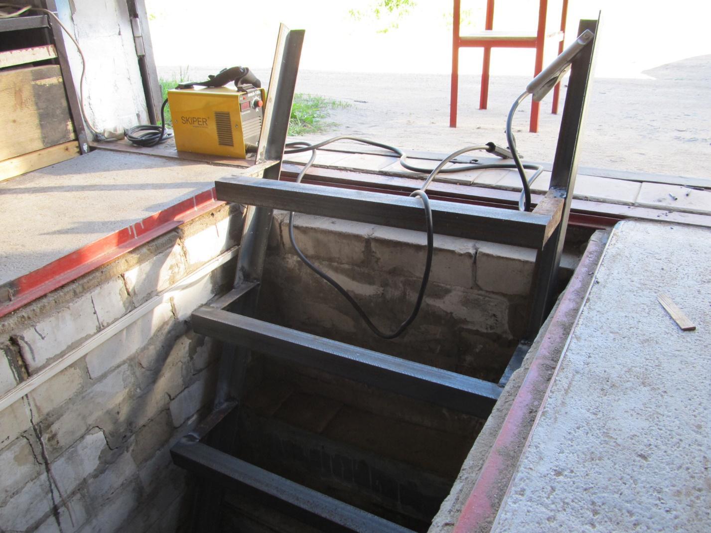 Металлическая лестница в смотровой яме