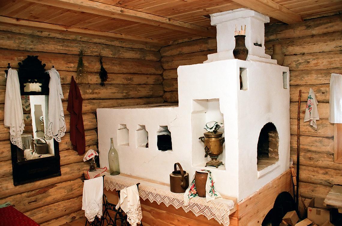 Старинная русская печь в избе